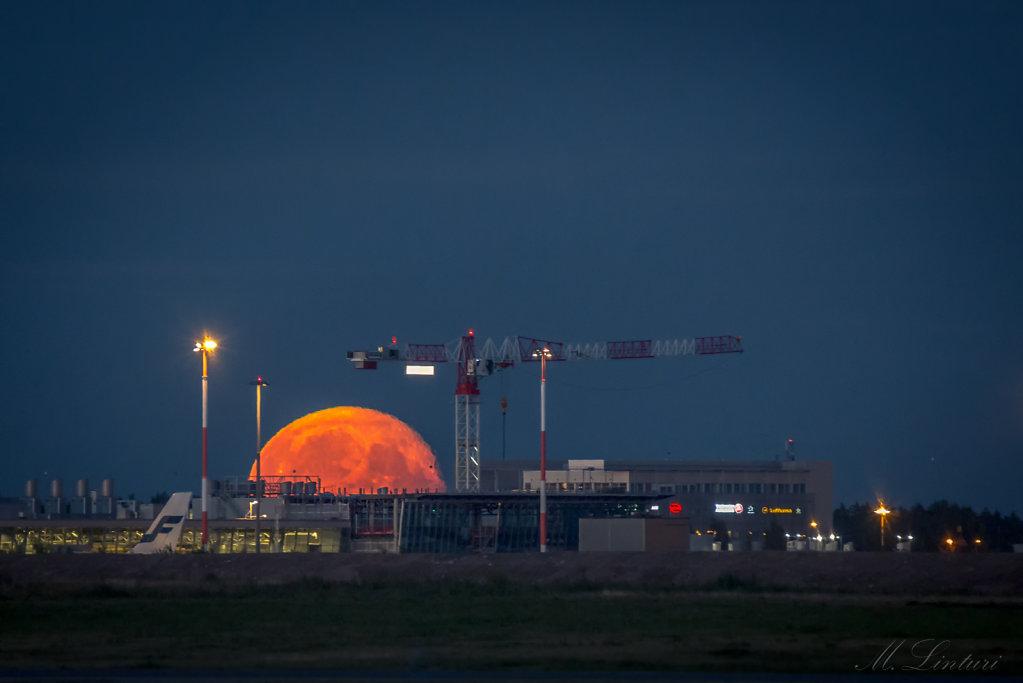Moon & Helsinki airport